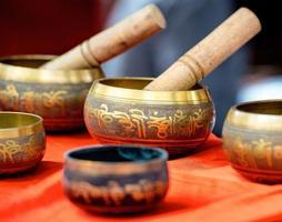 gruppo di vasi metallici buddista cantando ciotola foto