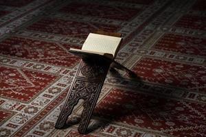 libro sacro coreano dei musulmani nella moschea foto
