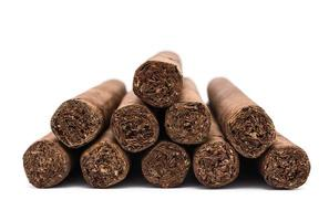 mucchio di sigari su bianco foto