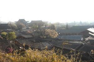 tetti del centro storico antico lijiang dayan. foto