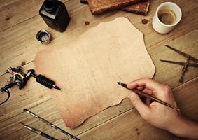 disegno a mano su un pezzo di pelle