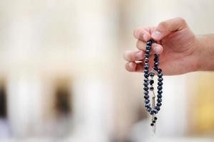musulmano che prega alla moschea della medina foto