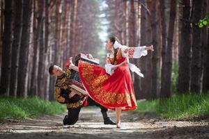 uomo e donna in abiti nazionali russi foto