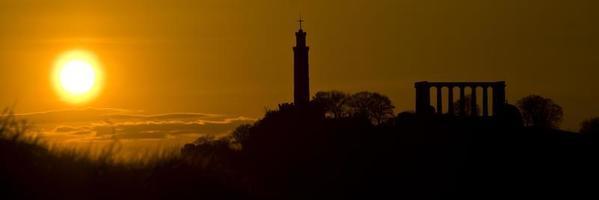 calton hill silhouette, edimburgo, scozia foto