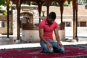 musulmani che pregano nella moschea foto