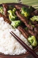 manzo con broccoli e riso macro, bacchette. vista dall'alto verticale