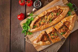 Pide turco cibo tradizionale con carne di manzo e verdure foto