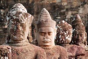 antiche teste di divinità indù ad Angkor foto