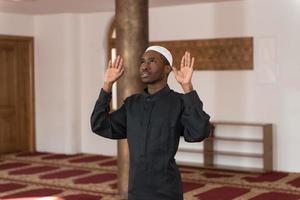 giovane ragazzo musulmano africano che prega