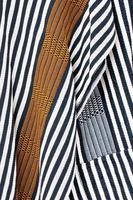 dettaglio di un poncho colombiano intrecciato a mano con strisce foto
