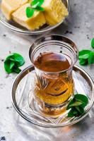 tè alla menta in una tradizionale tazza di vetro turco foto