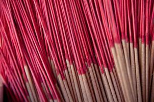 pila di bastoncini di incenso aromatico tradizionale nel tempio asiatico foto