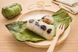dessert tailandese, riso appiccicoso cotto a vapore con la banana foto