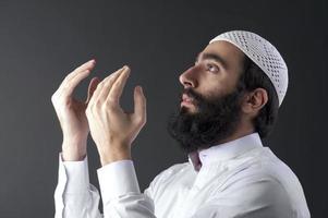 uomo musulmano arabo che prega foto