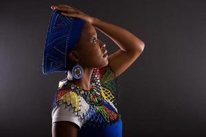 vista laterale della donna sudafricana premurosa foto