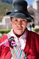 donna peruviana in abiti nazionali, chivay, Perù foto