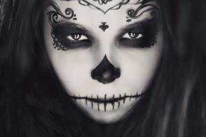 bella donna con trucco del cranio dello zucchero di Halloween