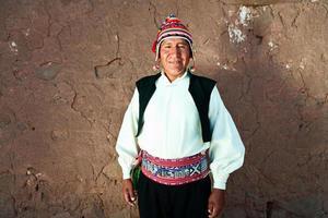 uomo in costume nazionale sull'isola di taquile, Perù foto