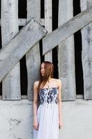 giovane signora vicino edificio abbandonato foto