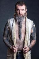 lunga barba di un uomo.