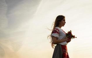 giovane donna in abito originale nazionale bielorusso slavo all'aperto