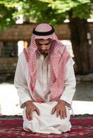 giovane musulmano che prega
