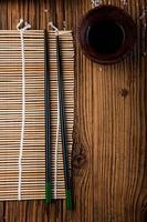 meraviglioso set di sushi, tema orientale sul vecchio tavolo di legno