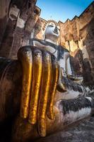antica statua di buddha. Parco storico di Sukhothai, provincia di Sukhothai, Tailandia