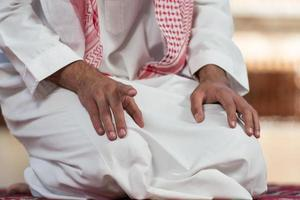 primo piano delle mani maschili che pregano nella moschea