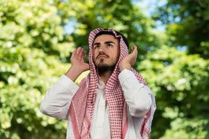 giovane ragazzo musulmano che prega