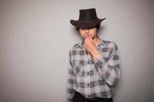 giovane cowboy contro uno sfondo verde foto