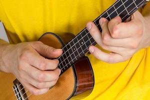 uomo che suona l'ukulele foto