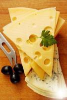 tagliare il formaggio svizzero e blu foto