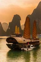 Halong Bay, Vietnam. patrimonio mondiale dell'UNESCO. foto
