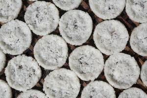 offerte di riso al vapore che si asciugano al sole prima della vendita, laos