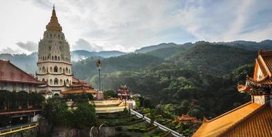 tempio nella città di george, penang, malesia foto