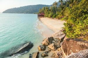 spiaggia deserta su pulau tioman, malesia