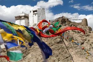 namgyal tsemo gompa con bandiere di preghiera foto
