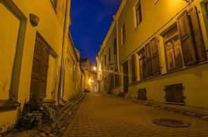 strada nel centro storico di vilnius, lituania foto