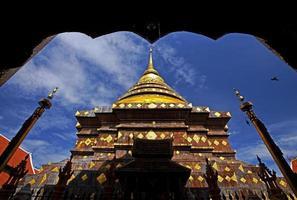 pagoda e cornice dorate foto