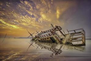 barca da pesca con mattina mariana striscia blu. foto