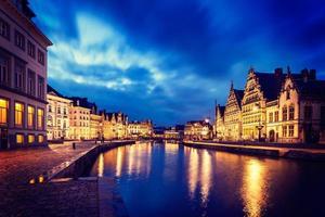 le strade del canale di Gand, Graslei e Korenlei la sera. gentiluomo foto