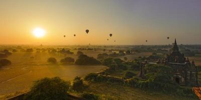 il sole sorge a Bagan, Myanmar foto