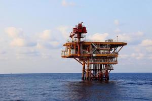 piattaforma di produzione nell'industria offshore del petrolio e del gas. il platfo foto