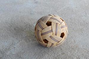 vecchia palla di rattan foto