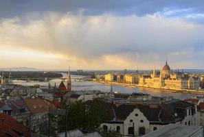 Panorama di Budapest al tramonto foto
