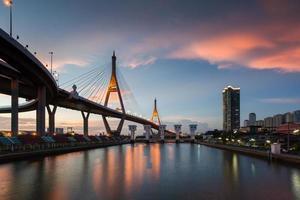 scena notturna al ponte bhumibol, bangkok, thailandia