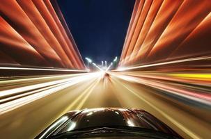 auto sulla strada con motion blur sullo sfondo foto
