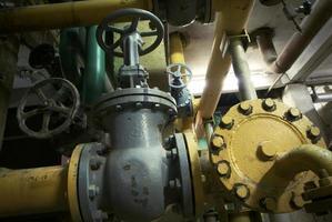 zona industriale, condutture in acciaio, valvole e cavi foto