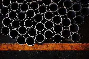 pila di tubo tondo di metallo foto